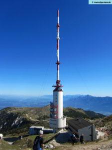 Die UKW-Antennen sind horizontal montiert mit den Hauptstrahlrichtungen 75° und 305°. Die UHF-Antennen für DVB-T senden horizontal im GFK-Zylinder in die Richtungen 75°, 180° und 325°. Weiters befinden sich auf dem Mast Empfangsantennen für Reportagefunk und Ersatzzubringung, Funk- und Richtfunkantennen für Polizei, Alpe-Adria Pipeline, Mobilfunk etc.