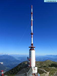 """Die Sendeanlage ist ein 167 Meter hoher Hyrbidturm, also ein Stahlmast mit GFK-Antennenzylinder, der auf eine Stahlbetonkonstruktion aufgesetzt wurde. Die Sendeanlage ist 3-fach abgeschirmt. Der Dobratsch ist die höchstgelegene """"Großsendeanlage"""" in Österreich. Gemeinsam mit dem Kahlenberg ist er die höchste und größte Rundfunksendeanlage Österreichs."""